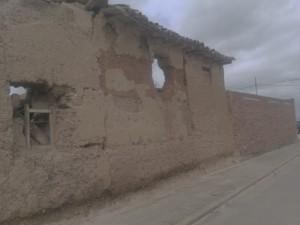 Muchas casas antiguas de adobe se van cayendo... :(